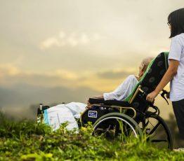 Pflege - Alter Mensch im Rollstuhl