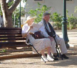 2 Rentner auf einer Parkbank
